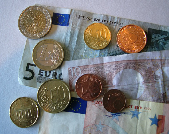 An assortment of Euro coins and notes; photo courtesy da Bruger Twid